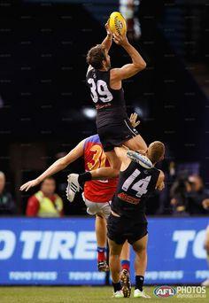 Round 6 - Dale Thomas takes a hanger Carlton Afl, Australian Football League, Athletic Men, World Of Sports, Fantasy Football, Rugby, Terra Australis, Male Athletes, Blues