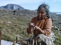 Documentaire sur les Inuits de la terre de Baffin, pendant le court été arctique. dans la région de Pont Inlet dans l'île d'Alukseevee. Un film de Douglas WILKINSON.