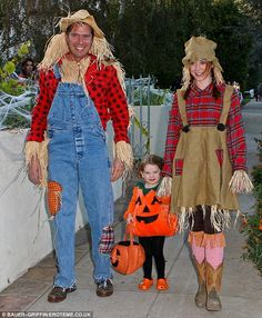 Alyson Hannigan dresses as a Leprechaun for family Halloween outing  sc 1 st  Pinterest & Over 250 Celebrity Halloween Costumes! | Alexis denisof Scarecrows ...