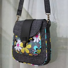 "Mogan EA a Mogan ""Buttons and Blooms"" Patchwork Bags, Quilted Bag, Diy Sac, Diy Bags Purses, Yarn Bag, Diy Handbag, Handmade Purses, Linen Bag, Bag Patterns To Sew"