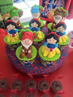 Birthday Board, Girl Birthday, Birthday Parties, Snow White Cupcakes, Snow White Birthday, Disney Princess Snow White, Cake Decorating Tutorials, Alice In Wonderland, Cupcake Cakes