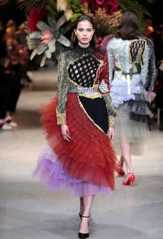 Viktor & Rolf played with different textures and vivid colors for their Spring 2017 show in Paris.