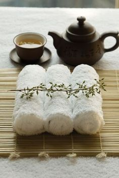 At Relax Spa & Beauty, steamed towels are a part of all our facial routines! Deco Spa, Café Chocolate, Japanese Tea Ceremony, Tea Art, Home Spa, Spas, Spa Day, High Tea, Afternoon Tea