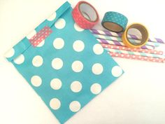 20x turquoise dots paper bags. The listing is for 20 paper bags 13x18 cm (5.1x7.1 inches) Perfect for gifts, jewelry,biscuits,candies, baby