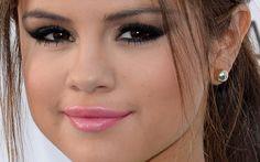 Selena também ama batom rosinha! Essa versão cremosa dá um aspecto girlie para o olho com gatinho superesfumado que leva ponto de luz no canto interno com sombra dourada.