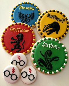 Harry Potter Cake Tops and cookies (cookie cake decorations treats) Baby Harry Potter, Harry Potter Treats, Harry Potter Desserts, Gateau Harry Potter, Harry Potter Sorting, Harry Potter Thema, Harry Potter Birthday Cake, Theme Harry Potter, Harry Potter Baby Shower