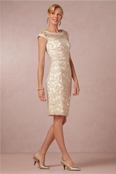 Exquisite Lace Cut Round Neck Cap Sleeves Mother Cocktail Gowns Knee-Length Sheath White Underlay Champagne Mother of the Bride Dresses New