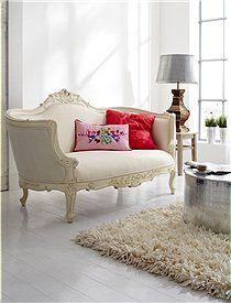 Barocksofa Dieses formschöne Barocksofa lädt zum Verweilen ein. Das Sofa im Antiklook wird fertig montiert geliefert. Wir bieten es in creme mit einem Baumwollbezug oder grau mit einem grauen Alcantarabezug an. 649,00 Euro
