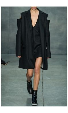 VERA WANG – FALL WINTER 2015 – PREORDER HERE: http://www.precouture.com/en/black-oversize-coat/10524-double-breasted-coat.html PRECOUTURE.COM is the first European website offering the possibility to preorder the looks straight from the runway. Order your looks now and wear them before anyone else, before it hits stores !