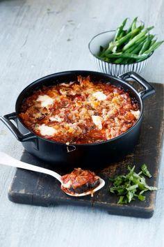 Melanzane alla parmigiana eli munakoiso-tomaattivuoka on kaikessa yksinkertaisuudessaan nerokas ruoka. Siinä huokoinen munakoiso imee itseensä täyteläisen tomaattikastikkeen ja basilikan aromit. Lopputulos on yksi parhaista ja kiitos reilun juustolisäyksen, myös yksi tukevimmista kasvisruoista!