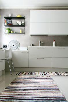 Räsymatot keittiössä. Kitchen rugs. Kitchen Rug, Kitchen Cabinets, Recycled Fabric, Woven Rug, Kids Rugs, Koti, Rag Rugs, Hobbies, Home Decor