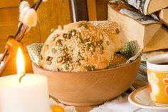Setter du denne gjærdeigen om kvelden, har du nystekte rundstykker om morgenen! Hummus, Brunch, Food And Drink, Cheese, Baking, Ethnic Recipes, Breads, Om, Homemade Hummus