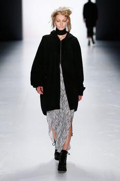 Pin for Later: Euer Überblick auf alle Trends der Berlin Fashion Week Odeur Odeur kleidete Männer und Frauen in androgynen Looks aus Schwarz und Weiß sowie graphischen Mustern.