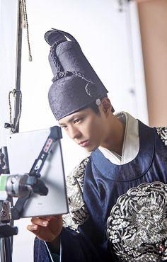 160805 '구르미 그린 달빛' 박보검, 골똘히 모니터링 중 '훈내 폭발'