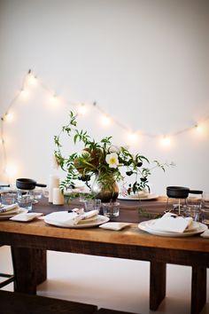 Cena romántica. Decoración natural para una mesa