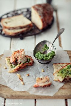 Toast with basil pesto, shrimp and garlic
