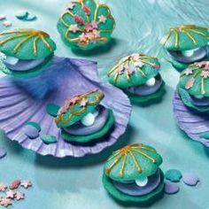 Meerjungfrauen aufgepasst: Diese süßen Austern sind zum Naschen da! Das bunte Gebäck sieht allerdings fast zu schön aus, um es aufzuessen...
