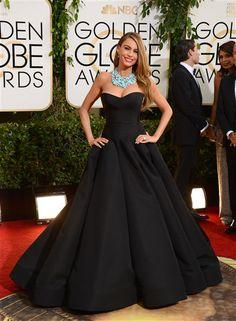 Sofía Vergara verdaderamente deslumbró con este vestido negro de Zac Posen y un collar azul de Lorraine Schwartz. Un atuendo muy diferente a lo que suele lucir.