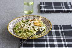 Originale e delicato, questo risotto unisce tutta la genuinità delle fave al gusto sfizioso delle seppie fritte. Prova la ricetta di Sale&Pepe..