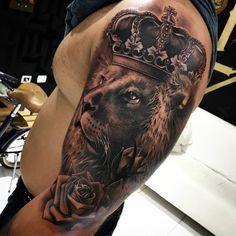 """""""A grandeza não é onde permanecemos, mas em qual direção estamos nos movendo"""" 🙏 Tattoo feita com ... Lion Tattoo, Skin Art, Nice Body, Sleeve Tattoos, Tatoos, Tatting, Body Art, Tattoo Designs, Amazing Body"""