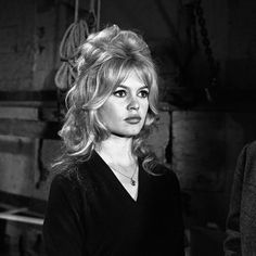 Brigitte Bardot on the shooting of the movie ''The truth'' interviewed for the ''program'' '''' ''Cinepanorama'' '''' Get premium, high resolution news photos at Getty Images Brigitte Bardot, Bridget Bardot Hair, Bardot Bangs, How To Style Bangs, Marlene Dietrich, Layered Haircuts, Vintage Hairstyles, Old Hollywood, Hollywood Stars
