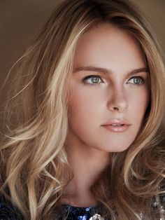 Blonde highlights and natural makeup, lovely.