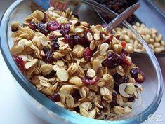 Mnohem lepší než kupované! Vyzkoušejte recept na domácí müsli z ovesných vloček, sušeného ovoce a oříšků. K oslazení bude stačit trocha medu. Muesli, Granola, Acai Bowl, Cereal, Oatmeal, Goodies, Low Carb, Yummy Food, Vegan