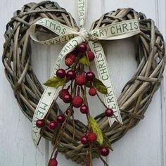 Guirlanda linda para o Natal!  Vi no Pinterest #xmas #lindo #coracao #guirlanda #fita #fofa #instalike #instacraft #inspiration #arte #artesanato #euamofazerartesanato