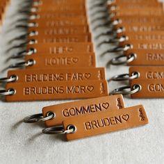 Bordkort i cognacfarvet læder med hjertesymbol - fra byRavn