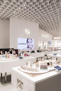 Italian beauty powerhouse Kiko Milano unveiled a new store designed by Japanese architect Kengo Kuma. Cosmetic Display, Cosmetic Shop, Cosmetic Design, Kiko Milano, Beauty Supply Store, Kengo Kuma, Makeup Store, Beauty Industry, Beauty Bar