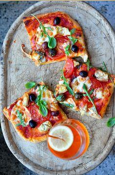 Pizza Prodiguez à nouveau une texture croustillante aux croûtes  Vous pouvez redonner une texture croustillante aux restes de pizza. N'utilisez pas pour cela le four micro-ondes. Réchauffez plutôt les pointes à feu moyen dans une poêle pendant 4 ou 5 minutes. Assurez-vous de couvrir le tout d'une feuille d'aluminium afin de réchauffer aussi la garniture.