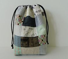 Yes, I made yet another drawstring bag :). This time, however, I made it completely out of scraps. Each patchwork rectangle measur. Diy Tote Bag, Tote Bags Handmade, Drawstring Bag Tutorials, Drawstring Bags, Small Sewing Projects, Sewing Crafts, Diy Bags Purses, Basket Bag, Little Bag