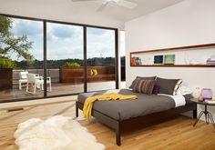 Klare, gerade Linien, voll streifte Wände und krassen weiße Wände geben einen gehobenen und maskulinen Flair für das Master-Schlafzimmer Foto von RisherMartin schöne Wohnsitze