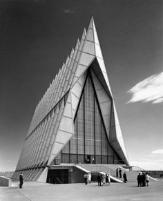US Air Force Academy Cadet Chapel, Colorado Springs. I am not usually a fan of contemporary religious architecture, it always feels too cold to me for a place of worship. That being said, I love the shape of this chapel. Sacred Architecture, Architecture Cool, Religious Architecture, Santiago Calatrava, Colorado Springs, Colorado Usa, Richard Rogers, Architecture Religieuse, Ville New York