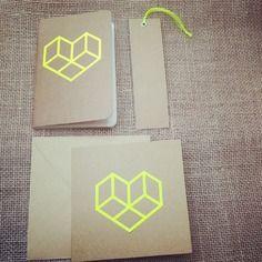 Ensemble de papeterie esprit origami kraft & néon jaune coeur
