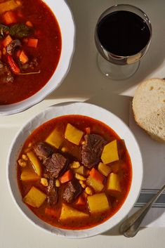 Alföldi gulyásleves Lajostól recept   Street Kitchen Pho, Thai Red Curry, Soup, Ethnic Recipes, Red Peppers, Soups