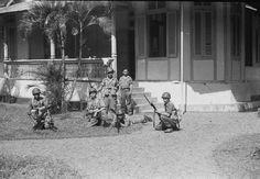 Groep militairen poseert voor de camera op Poelau Sangihe.   December 1948