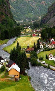 Espectaculares vistas del pueblo noruego de Flåm, situado en el fiordo Aurlandsfjord. ¡No dejes de viajar!