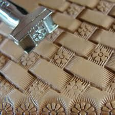 Olá, Tem mais tutorial sobre encadernação medieval com couro e papelão, gentilmente cedido pelo artista Alexandar Solarov . Convido-os à ...
