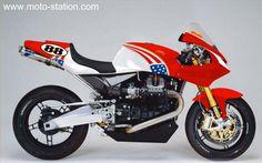 Gianfranco Guareschi engage sa Moto Guzzi MGS-01 en bataille des twins à Daytona dans cette nouvelle parure