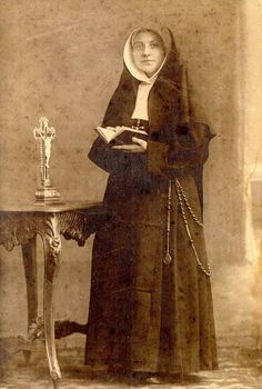 Black White Photos, Black And White, Nuns Habits, Classic Portraits, Roman Catholic, Kind, Old Photos, Annie, Countries