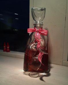 Homemade and recyled x-maspresents, cherrylicious! - Gjenbruk og hjemmelagede gaver til jul, her kirsebærlikør!