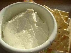 自家製クリームチーズ♪ /炊飯器でつくる   自家製クリームチーズ♪ 大好きなクリームチーズ!意外と簡単でそのままでももちろん、ケーキなど色んな応用がきくのでたっぷり作っておきたいですね♪ たろさ    材料 牛乳 3カップ ヨーグルト 2カップ弱 塩 お好みで  作り方 1 牛乳、ヨーグルトをよく混ぜて炊飯器へ、保温スイッチON 2 5時間後、ヨーグルトが出来ます♪ 3 ザルと布巾などで2時間ほど水切り、硬さはお好みで! 4 塩を少々、お好みの加減で加えると出来上がり!お好みでレモン汁を加えても… コツ・ポイント こした時に出る  生乳(ホエー)はパン作りや他の料理にも使えるので捨てないで活用するといいですよ♪ レシピの生い立ち 自宅でなんとか市販のクリームチーズに近いものが出来ないかと炊飯器を使って作ってみました! レシピID:663496