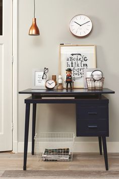 Werkplek met koperen accessoires en poster | workplace with copper accessories and poster | Present Time