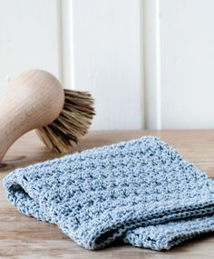 Hæklet lyseblå karklud i stangmaskemønster. Mønstret er supernemt og behageligt at hækle. Få opskriften her!