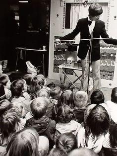Een goochelact van 20 minuten tussen twee poppenkastvoorstelingen in een kinderprogrammam van poppenspeler en clown Harry Jongmans. Optreden in winekcentrum De Maat in Apeldoorn in 1977.