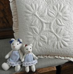 Ulla's Quilt World: Teddy bear quilt and pattern, Trapunto pillowcase quilt