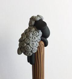 Polímero negro arcilla ovejas bolígrafo por handmademom en Etsy