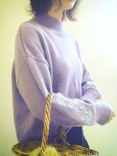 ラベンダー色のニット 花柄刺繍 籠バッグ 今日も1日がんばりましょ