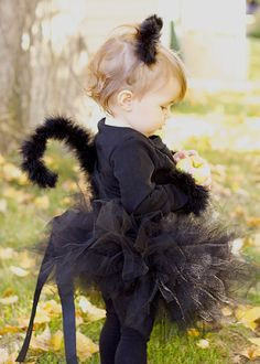 DIY Halloween DIY Costumes :DIY Baby Girls Halloween Costumes : DIY: Black Cat Costume - This is adorable! I think I'll do hot pink and black kitty Handmade Halloween Costumes, Baby Girl Halloween Costumes, Fete Halloween, Halloween Kids, Homemade Halloween, Baby Cat Costume, Halloween Recipe, Halloween Projects, Party